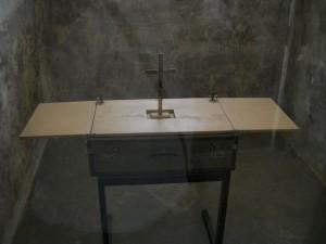 Lagarul de la Dachau - capela impriovizata in celula