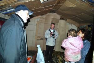 Episcopul greco-catolic de Oradea, Virgil Bercea, in vizita la familiile de la groapa de gunoi a Oradei3