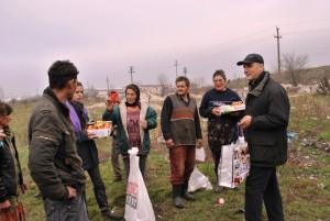 Episcopul greco-catolic de Oradea, Virgil Bercea, in vizita la familiile de la groapa de gunoi a Oradei