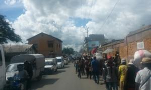 oameni pe strada Antananarivo Madagascar 2
