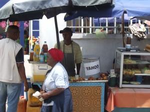 masa cu mancare si bautura pe strada Antananarivo