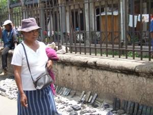femeie pe strada Antananarivo Madagascar