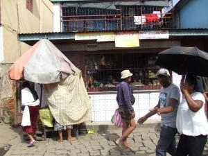 oameni pe strada Antananarivo Madagascar