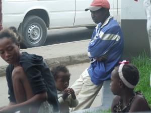 oameni pe strada langa benzinarie Antananarivo Madagascar