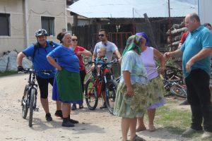 cu bicicletele printre localnici